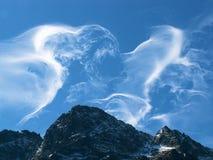 Les nuages dansent au-dessus des montagnes Photographie stock