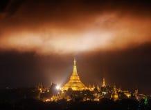 Les nuages de miracle au-dessus de la pagoda de Shwedagon Yangon, Myanmar images libres de droits