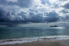 Nuages de pluie chez Waimanalo Images libres de droits