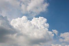 Les nuages de saison des pluies de ciel ont recueilli profondément photo libre de droits