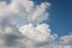 Les nuages de saison des pluies de ciel ont recueilli profondément image stock
