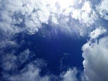 Les nuages de tempête développent au printemps le ciel Photo stock