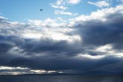 Les nuages de tempête sur Nanaimo au ferry de Vancouver se déclenchent Photographie stock