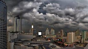 Les nuages de tempête foncés apparaissent indistinctement au-dessus de la ville de Bangkok Images stock