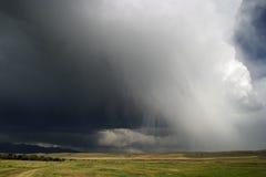 Les nuages de tonnerre roulent dedans à travers le grand pays de ciel, Montana Photos stock