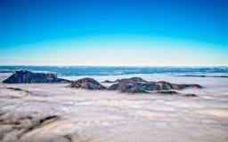 Les nuages denses sont au-dessous d'un des pieds du ` s Photo stock