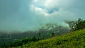 Les nuages enveloppe la montagne banque de vidéos