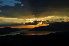 Les nuages et le coucher du soleil chez Kotor aboient Photos stock