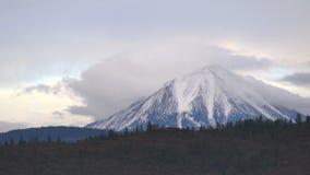 Les nuages et les oiseaux volent et entrent au-dessus de Mt Mcloughlin dans la gamme de montagne de cascade clips vidéos