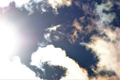 Les nuages exposent au soleil le fond bleu pour la conception et la créativité photo stock