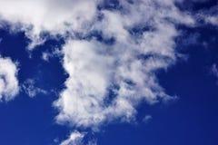 Les nuages exposent au soleil le fond bleu pour la conception et la créativité photos stock