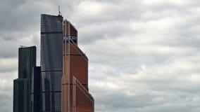 Les nuages flottant au-dessus des gratte-ciel du centre international d'affaires de Moscou (Moscou-ville) temps-faute UHD - 4K banque de vidéos