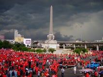 Les nuages foncés au-dessus de la chemise rouge proteste la Thaïlande Image stock