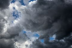 Les nuages foncés et volumineux couvrent le ciel bleu Il ` s allant pleuvoir images stock