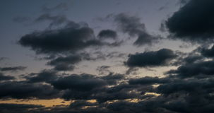Les nuages foncés ont couvert le ciel Venez l'obscurité Les nuages volent vers le coucher du soleil 4K banque de vidéos