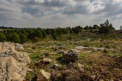 Les nuages foncés s'accumulent au-dessus de la colline rocheuse Photo libre de droits
