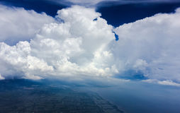 Les nuages font face sur le ciel bleu Image stock