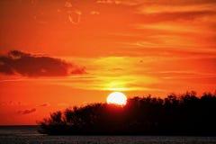 Les nuages forment le visage souriant en ciel de coucher du soleil au-dessus de récupération de destruction d'ouragan Irma 2017 photos stock