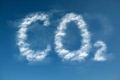 Les nuages forment un symbole de CO2 Photographie stock