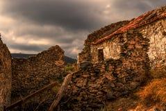 Les nuages gris recueillent au-dessus des ruines d'un cortijo espagnol Image libre de droits