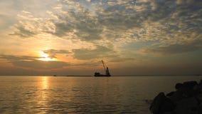 Les nuages ont écarté à travers le ciel avant coucher du soleil au bord de la mer de Bangpu, le golfe de Thaïlande avec des cargo banque de vidéos