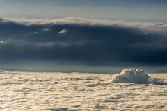 Les nuages ont divisé des contrastes foncés légers colorés de coucher du soleil de ciel Photographie stock libre de droits