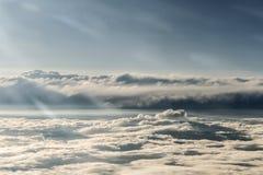 Les nuages ont divisé des contrastes foncés légers colorés de coucher du soleil de ciel Photo stock