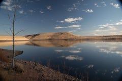 Les nuages ont réfléchi sur la surface de lac photographie stock libre de droits