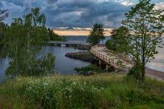 Les nuages orageux ont accroché au-dessus de l'île de Valaam et à travers le Lodogi photographie stock