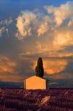 Les nuages orageux se levant au-dessus d'une grange pittoresque en lavande mettent en place Images libres de droits