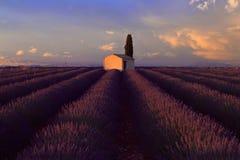 Les nuages orageux se levant au-dessus d'une grange pittoresque en lavande mettent en place Image libre de droits