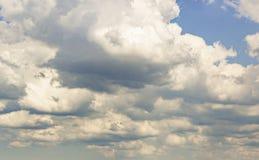Les nuages prouve des lumi?res du soleil de filtre photographie stock