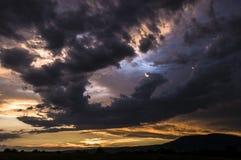 Les nuages recueillent dans le coucher du soleil Photographie stock libre de droits