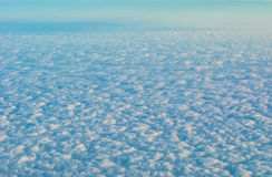 Les nuages regardent de l'avion d'air Photo stock