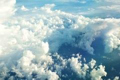 Les nuages regardent de la fenêtre d'un vol d'avion dans les nuages Images stock