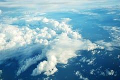 Les nuages regardent de la fenêtre d'un vol d'avion dans les nuages Image libre de droits