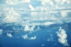 Les nuages regardent et ville du Japon de la fenêtre d'un avion Images stock