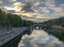 Les nuages se reflètent en Seine, Paris, égalisant en septembre Image stock