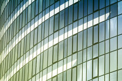 Les nuages se sont reflétés dans les fenêtres de l'immeuble de bureaux moderne photos libres de droits