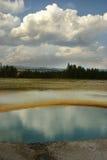 Les nuages se sont reflétés en sources prismatiques - Yellowston Photographie stock