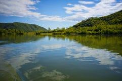 Les nuages se sont reflétés, fleuve de Rhône, France Image libre de droits