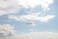 Les nuages sur le ciel photographie stock