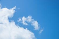 Les nuages sur le ciel bleu Image libre de droits