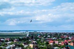 Les nuages sur un ciel bleu au-dessus de la baie et des dessus de toit de ville Photos stock