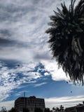 Les nuages viennent flottant dans ma vie, pour ne porter plus la pluie ou pour conduire la tempête, mais pour ajouter la couleur  photos stock