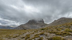Les nuages volent au-dessus des crêtes de montagne d'Olympe en Grèce banque de vidéos