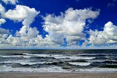 Les nuages vont au-dessus de la mer… Photo stock