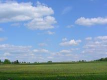 Les nuages vont au-dessus du champ image libre de droits