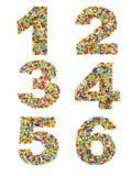 Les numéros 1 à 6 ont fait à partir des perles en verre colorées sur un blanc Photo stock