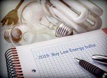 Les objectifs à économiser l'année prochaine, réduisent la consommation d'énergie, ampoules d'achat de basse consommation image stock
